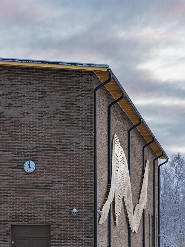 Kiiminginpuiston koulu ja taideteos ulkoa