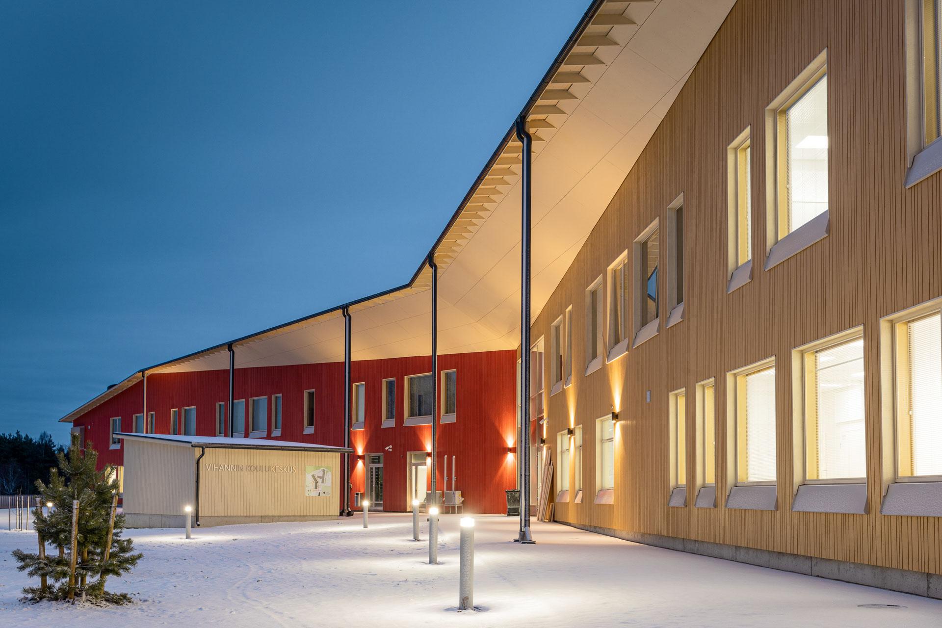 Vihannin koulukeskus ulkoa iltavalaistuksessa