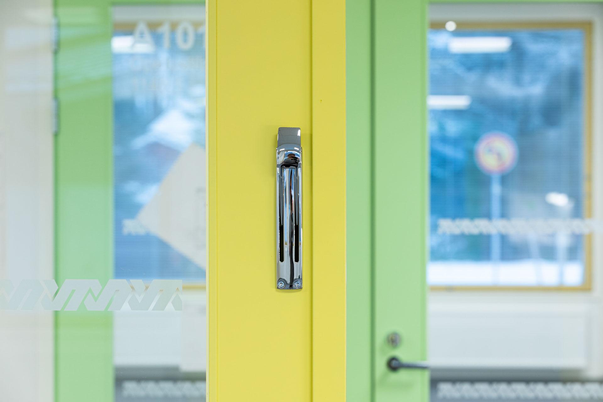 Vihannin koulukeskuksen värikkäitä ovia