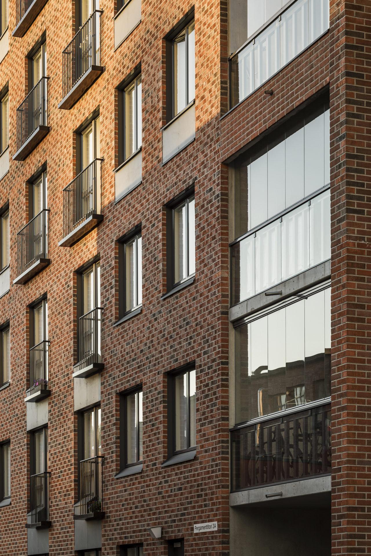 Jyväskylän Pergamenttitorin ikkuna- ja parvekedetaljeja