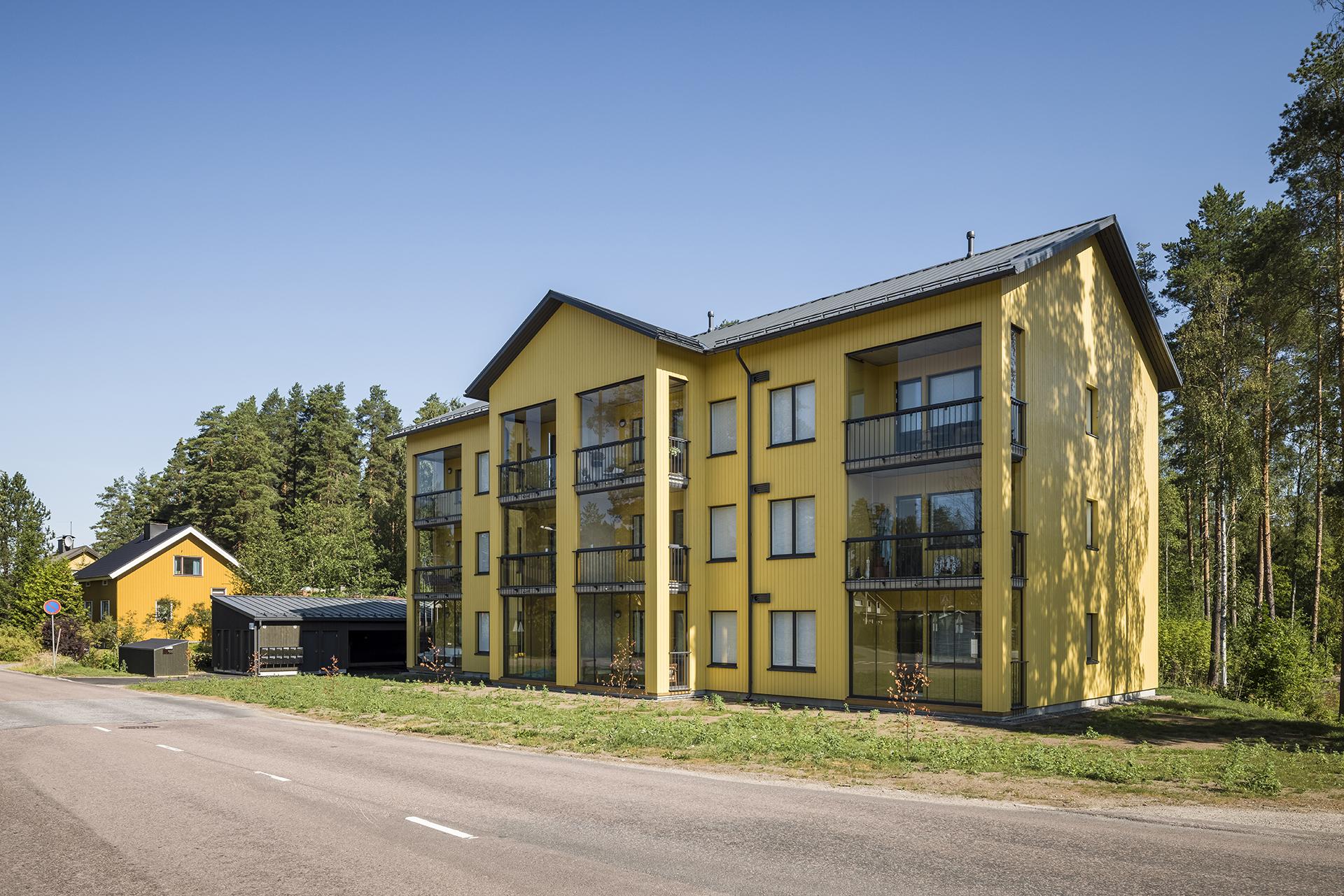 As Oy Jyväskylän Kaarnan pääjulkisivu kuvattuna viistosta ajotieltä